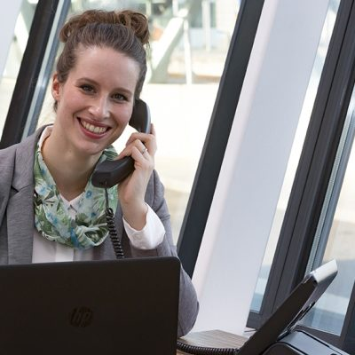 Vrouw belt via VoIP abonnement