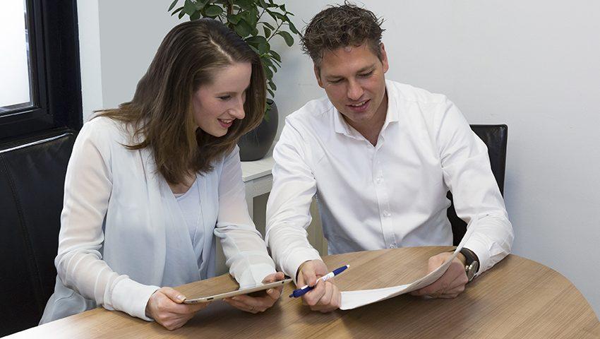 Een afbeelding van een sfeerbeeld op gks.nl waarop een man en een vrouw naar een laptop kijken die aangesloten is op een Windows Server 2016